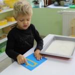 Ребенок учится писать (Монтессори)